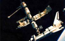 29 iunie 1995: Naveta spațială Atlantis (SUA) și stația spațială Mir (Rusia) s-au unit, formând astfel cel mai mare satelit artificial care a orbitat până atunci în jurul Pământului.