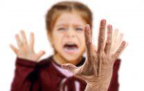 Studiu World Vision: 1 din 2 părinți crede că lovirea copilului e pentru binele lui. Doar 1 din 10 nu și-ar bate copilul