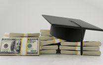 Guvernul îi premiază cu bani pe elevii cu media 10 la Evaluarea Națională și la Bacalaureat.