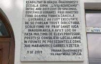 """Plăcuță """"Pro Memoria"""" cu numele Vioricăi Dăncilă, instalată pe o școală reabilitată din bani publici"""