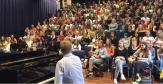 """Serbare de început de an școlar memorabilă. Profesorul și elevii au cântat împreună """"Bohemian Rhapsody"""""""