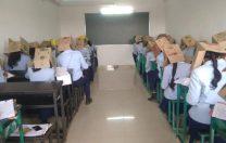 CNN: O școală din India i-a obligat pe elevi să poarte cutii de carton pe cap în timpul examenelor