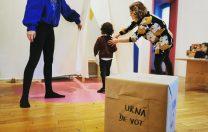 """Grădinițele Bergman au organizat """"secții de votare"""" pentru cei mici. Candidații au fost eclerul și brioșa"""