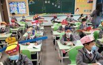 Cum arată școala în țările care au decis ca elevii să revină în clase: pălării de distanțare, dezinfectanți și spațiu între bănci