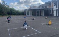 Cum arată recreația unor elevi din Franța: careuri de izolare desenate cu creta, pentru a respecta distanța