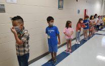 Cum a arătat prima zi într-o școală din Houston: paravane între copii, măști, viziere, distanță fizică