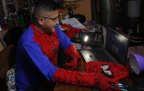 Costumele de supereroi: soluția unui profesor din Bolivia pentru a face orele online mai captivante