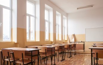 World Vision România: Şcolile se închid din nou primele, iar învăţământul online este în continuare nefuncţional