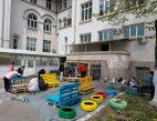 """MOBILIZARE O asociație de părinți a dat o nouă """"față"""" mobilierului din curtea școlii"""