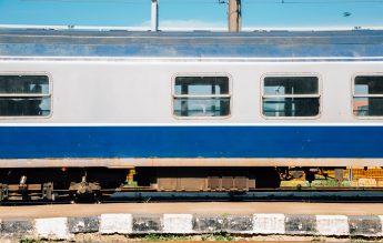 Trenul în care se aflau 30 de copii s-a defectat iar. Călătorii au primit două croissante și apă, în 24 de ore