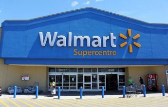 Walmart oferă școlarizare gratuită la colegiu și cărți pentru 1,5 milioane de angajați
