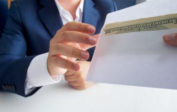 Proiect de lege: Amenzi pentru profesorii care cer bani de la părinți