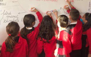 Lecție despre sănătate publică la o școală din Tecuci. Copiii au asociat vaccinarea cu  libertatea
